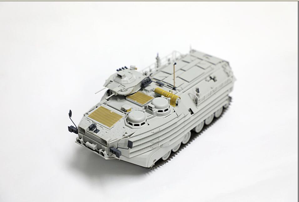 陸上自衛隊で独自改修されたAAV7/水陸両用車の再現が可能なアップグレードパーツキットです。