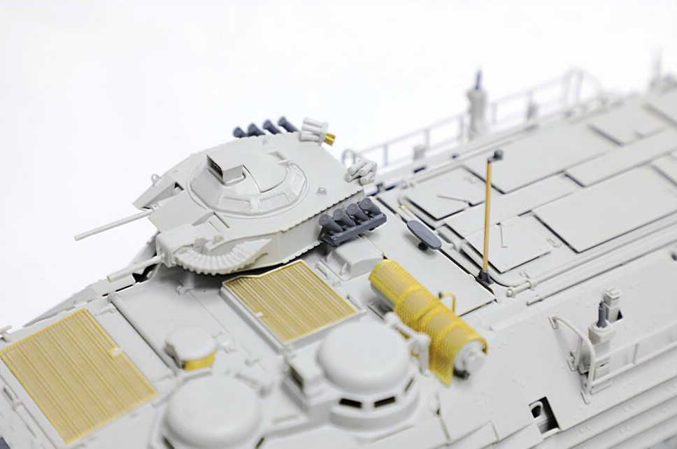 キューポラには96式装輪装甲車と同一の発煙弾発射機を装備。車体中央部にはGPSアンテナと航海灯が追加されています。